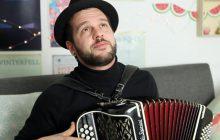 Claudio Capéo et son accordéon nous chantent en acoustique «Riche»