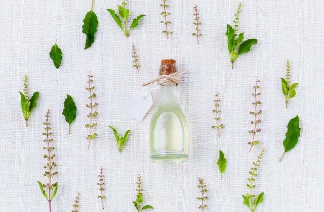 9 huiles essentielles pour sublimer ta peau et tes cheveux