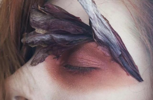 Les fleurs du printemps s'invitent sur le visage de cette ambitieuse make-up artist