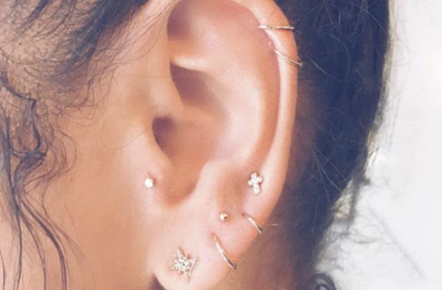 Les piercings constellation disséminent des astres sur tes oreilles