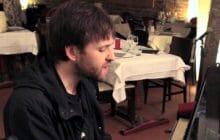 Gerard Black nous interprète un doux «Wisteria» en piano-voix