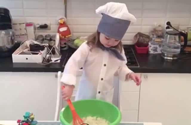 Cette petite fille de 3 ans cuisine comme une cheffe et ça donne envie de s'y (re)mettre!