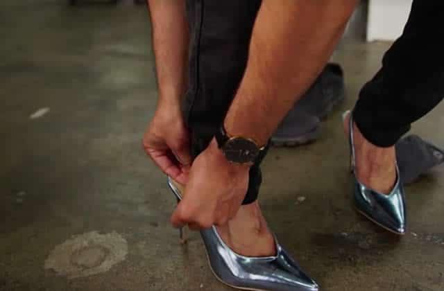 Pour prouver l'absurdité d'une loi sexiste, 5hommes ont porté des talons pendant une journée
