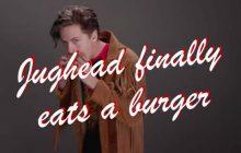 Jughead qui mange un burger avec supplément sensualité, ta nouvelle vidéo préférée