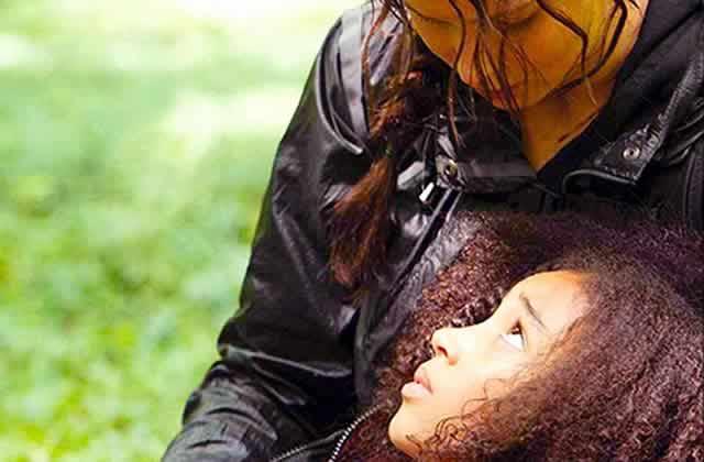 Une fillette aide son amie blessée grâce à une technique apprise dans Hunger Games