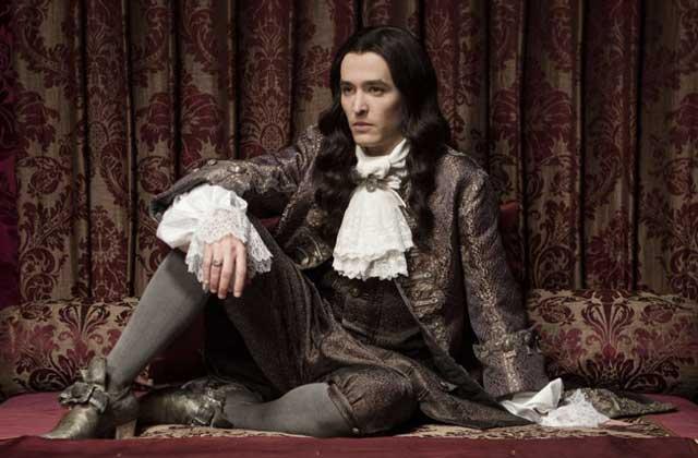 Alexander Vlahos se révèle en prince Philippe dans Versailles, la série de CANAL+