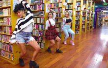 Danser dans une bibliothèque sur du Liam Payne, c'est étonnant mais très cool!