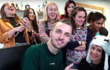 10 youtubeuses chez Squeezie pour un défi entre talent, gaming & rigolade