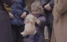 Une petite fille rencontre un SDF dans la vidéo pleine de tendresse du jour