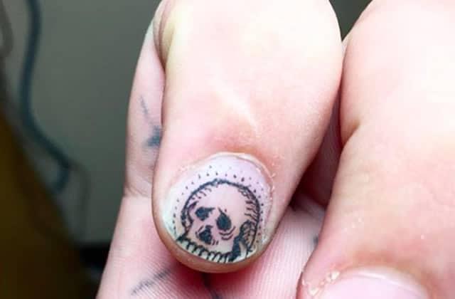Le tatouage d'ongle, ça existe, mais est-ce vraiment une bonne idée ?