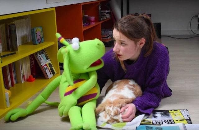 Le harcèlement scolaire expliqué par une ventriloque et son adorable marionnette