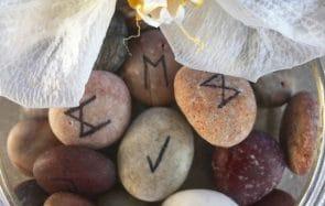 Apprends à lire les runes, l'art divinatoire venu des Vikings