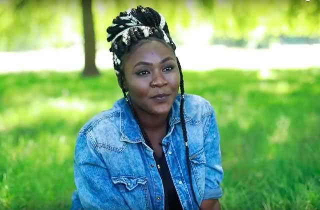 Fatima, exilée, raconte son errance depuis la Guinée devant la caméra de Léa Bordier