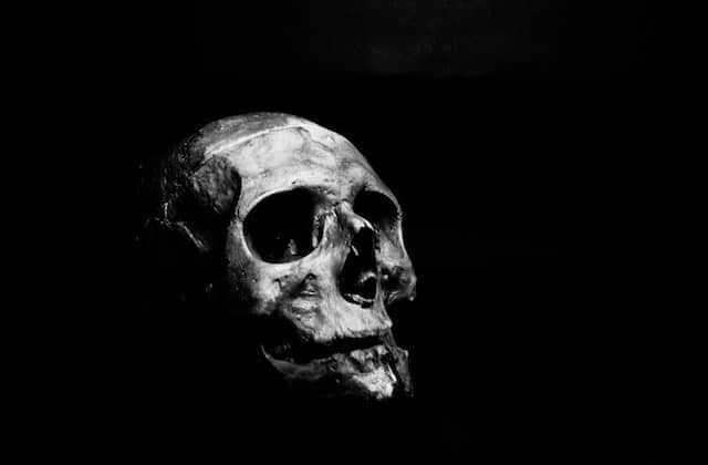 Jack Parker parle de la mort dans son nouveau podcast, Mortel