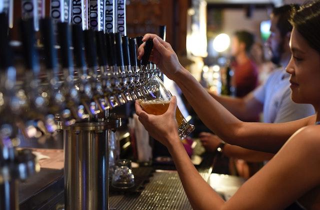 Comment être une super cliente au bar, selon les barmaids