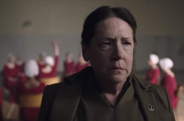 Ann Dowd (Aunt Lydia) explique The Handmaid's Tale S03E08