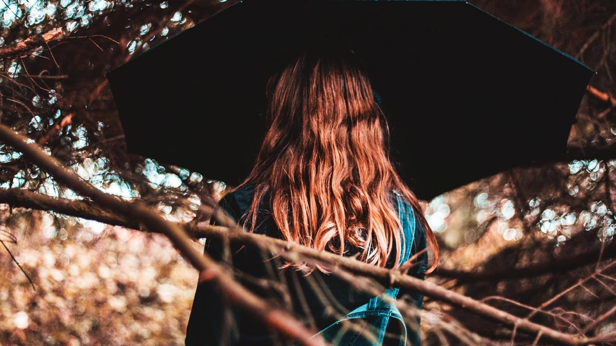 Cheveux et humidité : comment limiter les dégâts