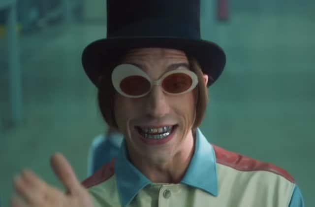 Roméo Elvis en Willy Wonka foncedé dans le clip de « Chocolat »