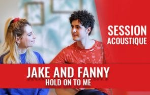 Jake and Fanny te chantent « Hold on to me » à la guitare