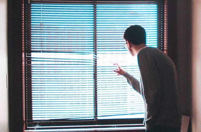 Mon date spécial confinement par la fenêtre… avec mon voisin rencontré sur Grindr
