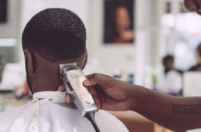 3 tutos pour se tondre les cheveux soi-même (ou ceux de quelqu'un d'autre)