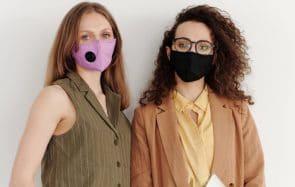 Les masques entrent dans la mode et s'accordent même aux maillots de bain