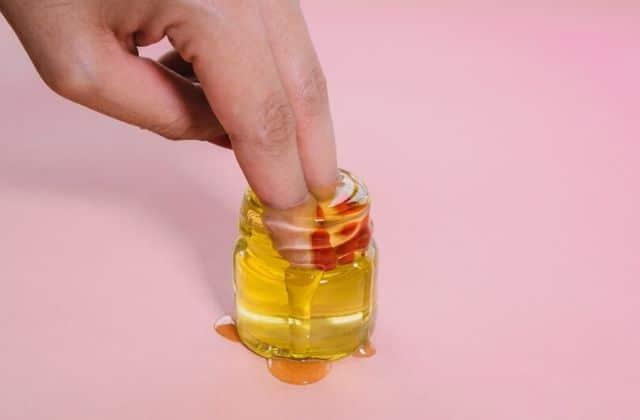 Sécher son vernis avec de l'huile? On a testé cette astuce beauté WTF!