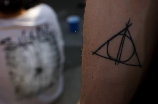 Certains fans d'Harry Potter reconsidèrent leur tatouage à cause de J.K. Rowling