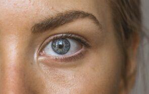 Cernes creusés, poches sous les yeux… Comment réveiller son regard grâce au maquillage ?