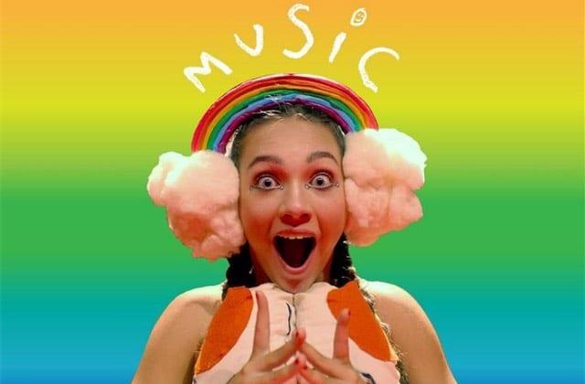 Pourquoi la chanteuse Sia est-elle critiquée par la communauté autiste ?