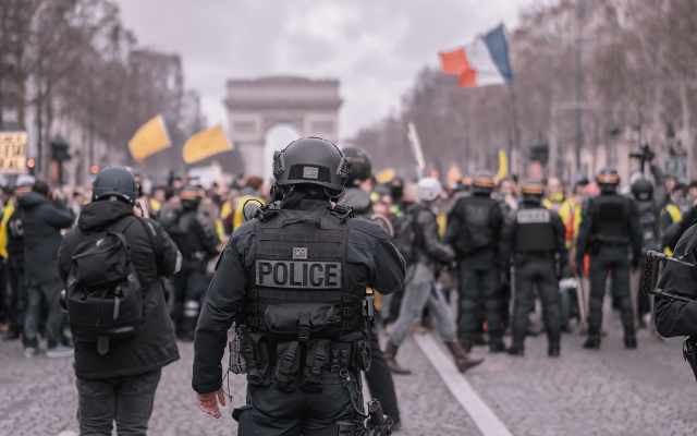 reactions-agression-producteur-policiers-640x400.png