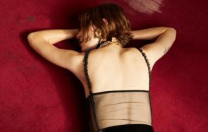 Pour les fêtes, Saint Laurent a choisi le latex lascif (et sexiste)