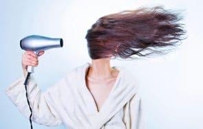 Selon Google, 2020 fut l'année de la cure de sébum et de la coupe de cheveux maison