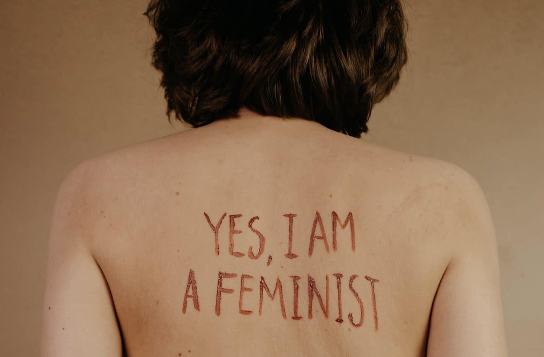 Claire était antiféministe. Voilà ce qui l'a fait changer d'avis.