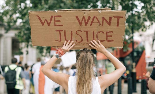 femme-manifestation-justice-660x400.jpg