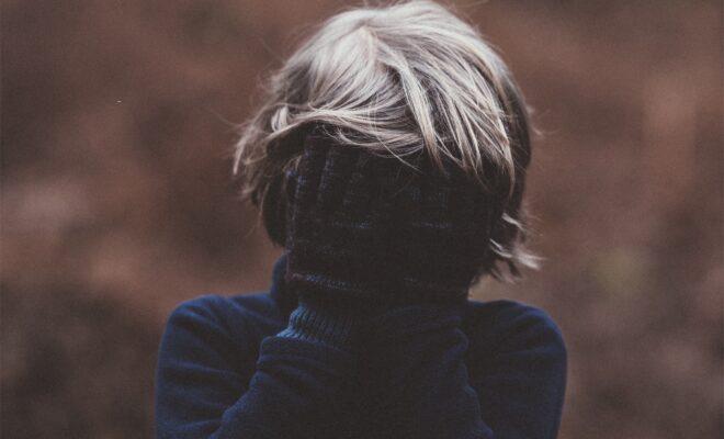 enfant-triste-cache-660x400.jpg
