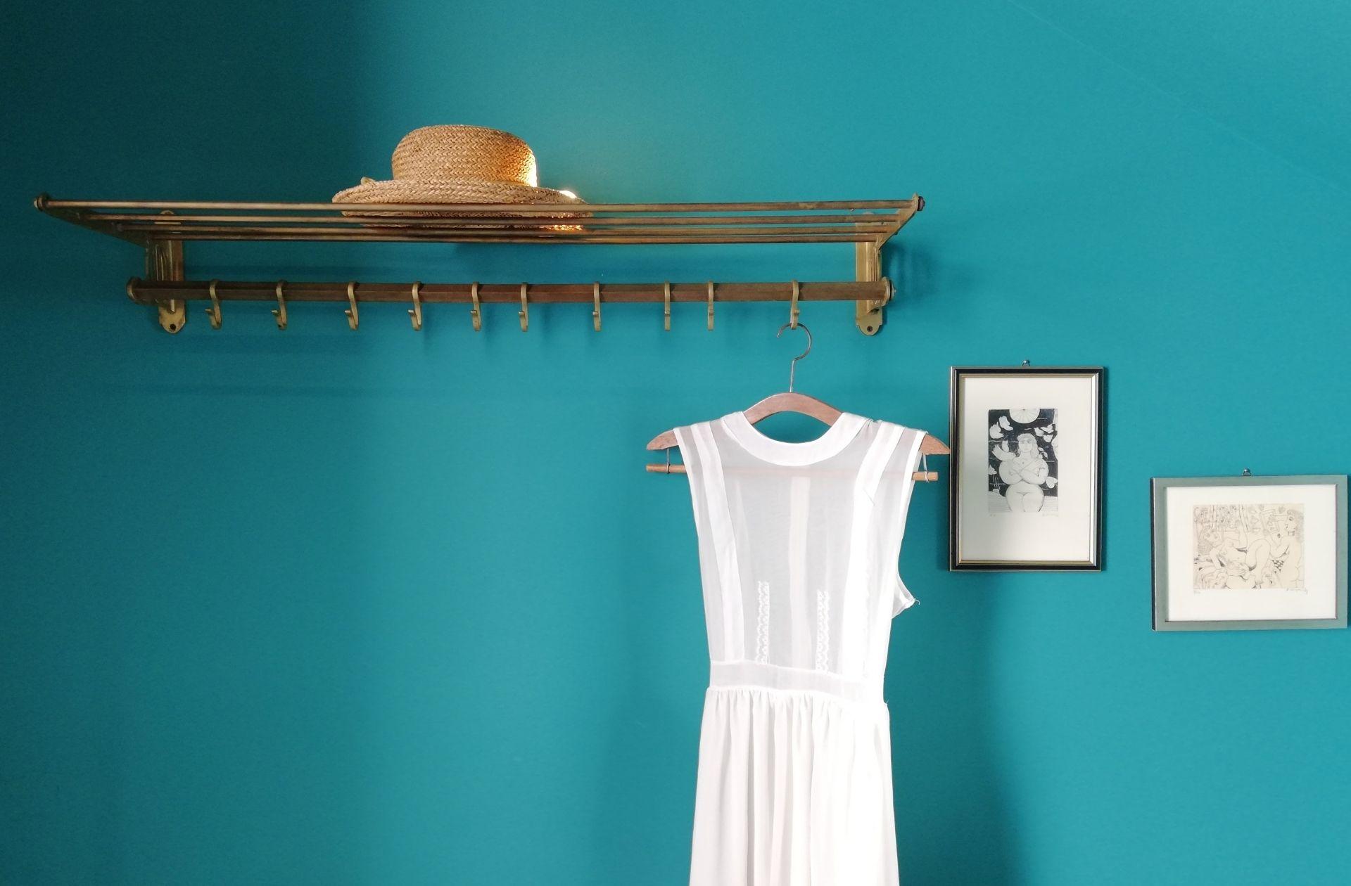 garde robe minimaliste sur fond bleu