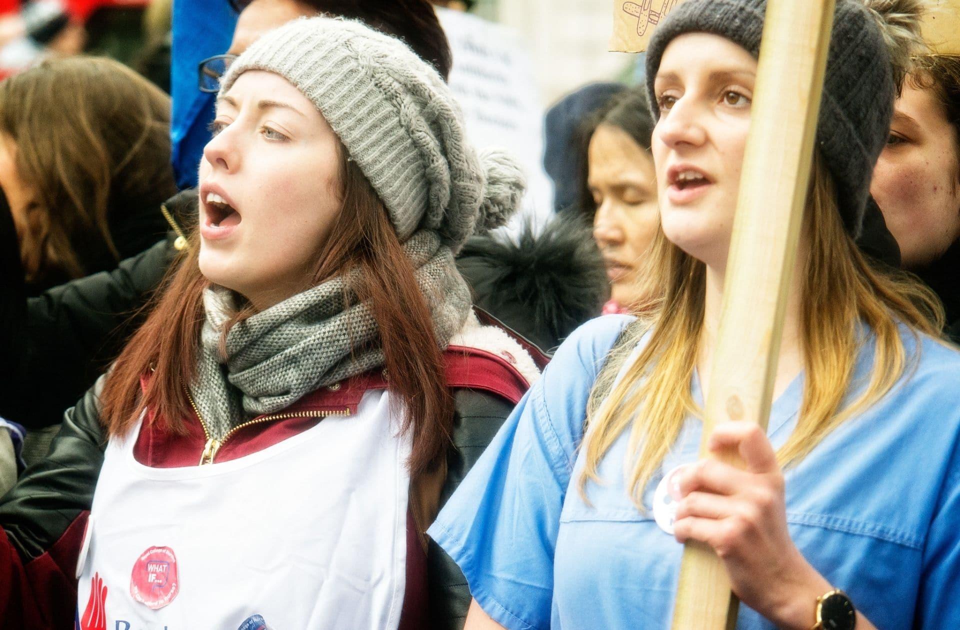 Pourquoi on devrait toutes soutenir la grève des sages-femmes, mal payées et en sous-effectifs