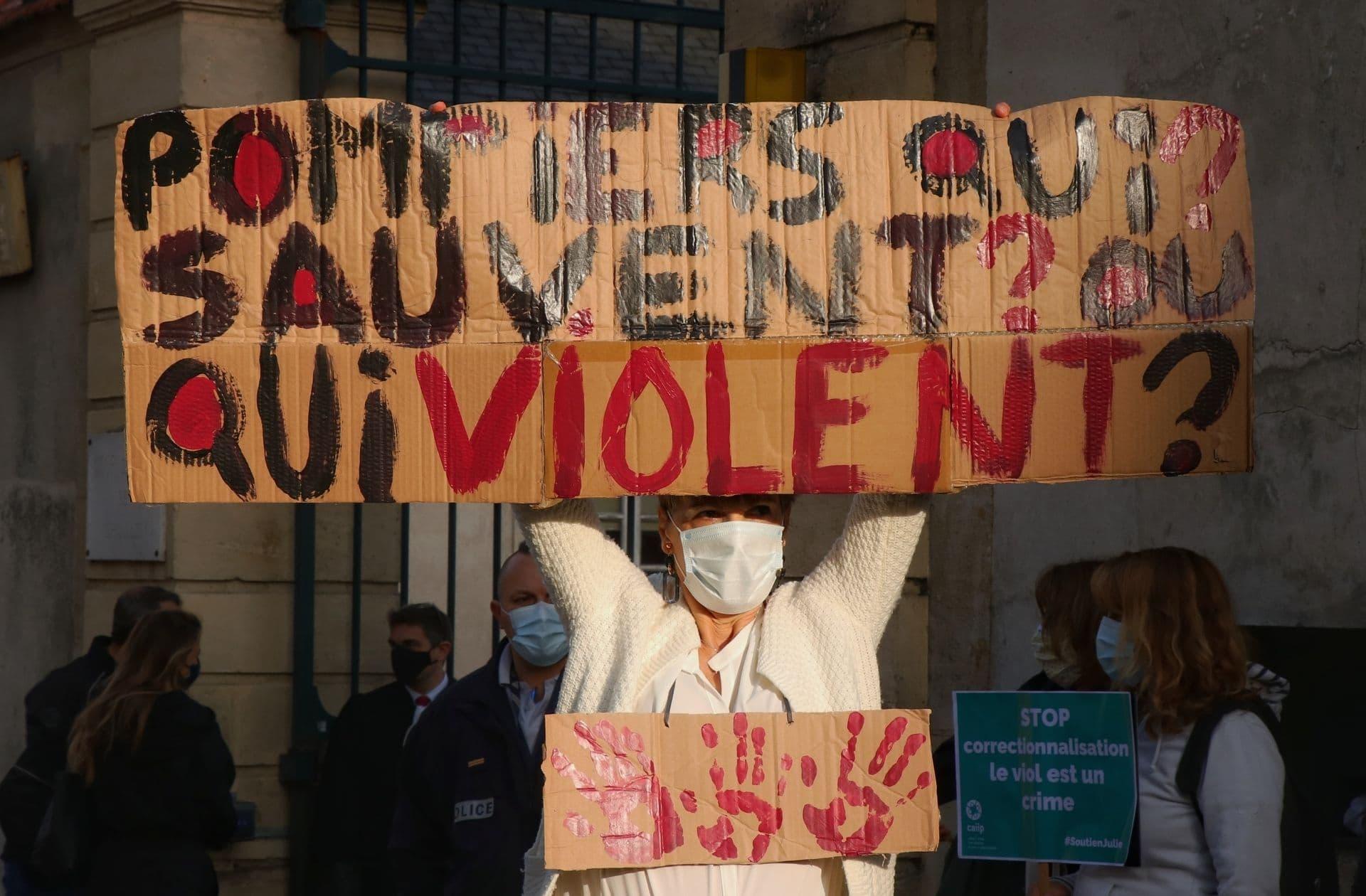 Une manifestante lors du rassemblement féministe en soutien à Julie