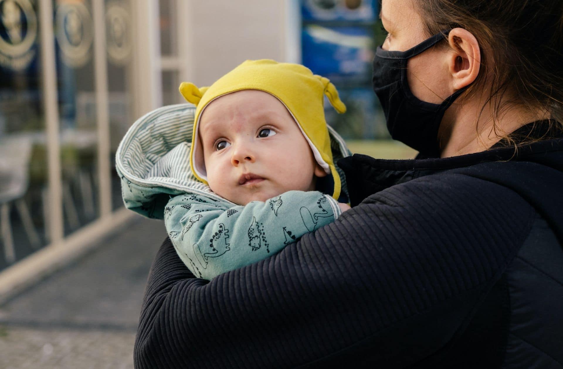 Langage, sourire, socialisation : le masque aura-t-il un impact à long terme sur les bébés ?