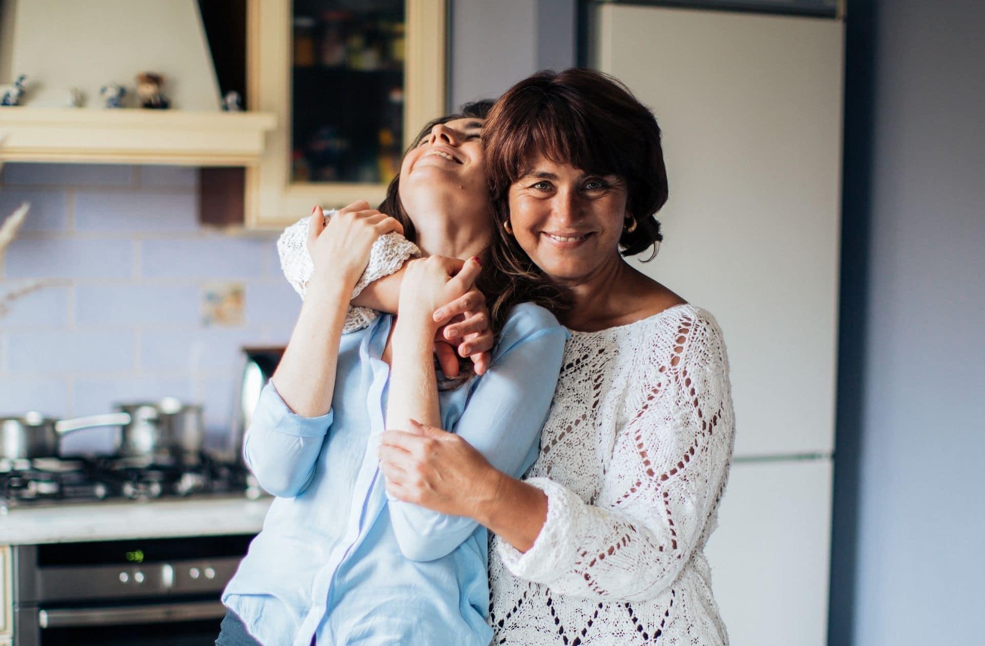 Des mamans misogynes aux daronnes engagées, vos mères comprennent-elles votre féminisme ?