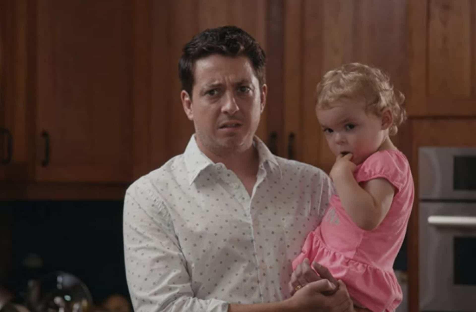 Les hommes s'occupent plus du ménage, mais pas de leurs bébés