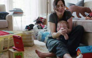 Une mère à bout et son enfant