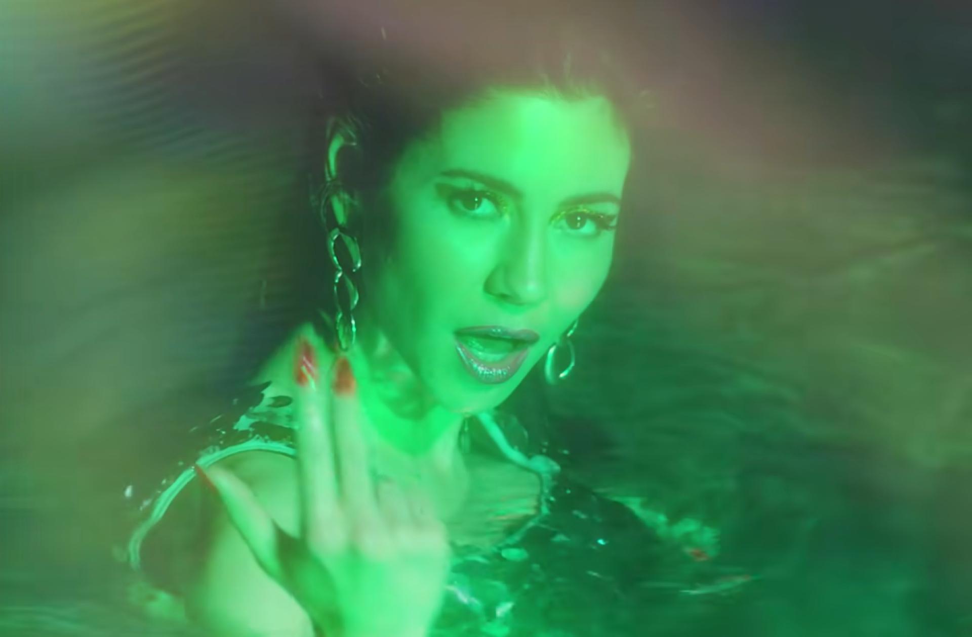 Dans la chanson «Purge The Poison», on retrouve une MARINA vénère et féministe