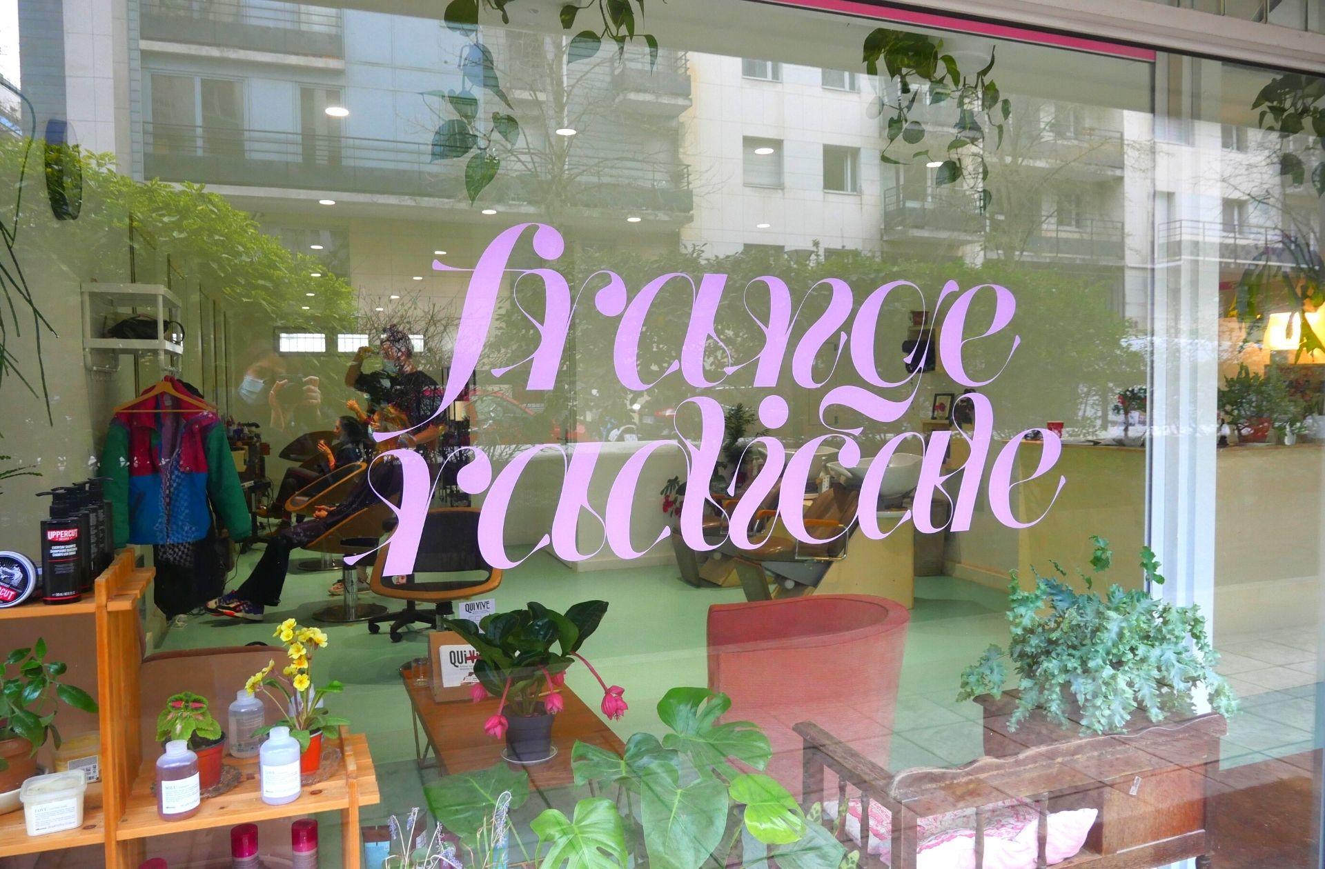 Bienvenue chez Frange Radicale, salon de coiffure parisien sans prix genrés et sans patron