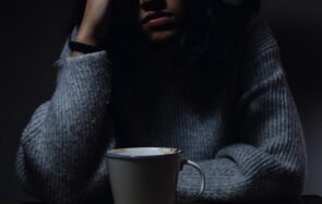 Jeune femme devant une tasse