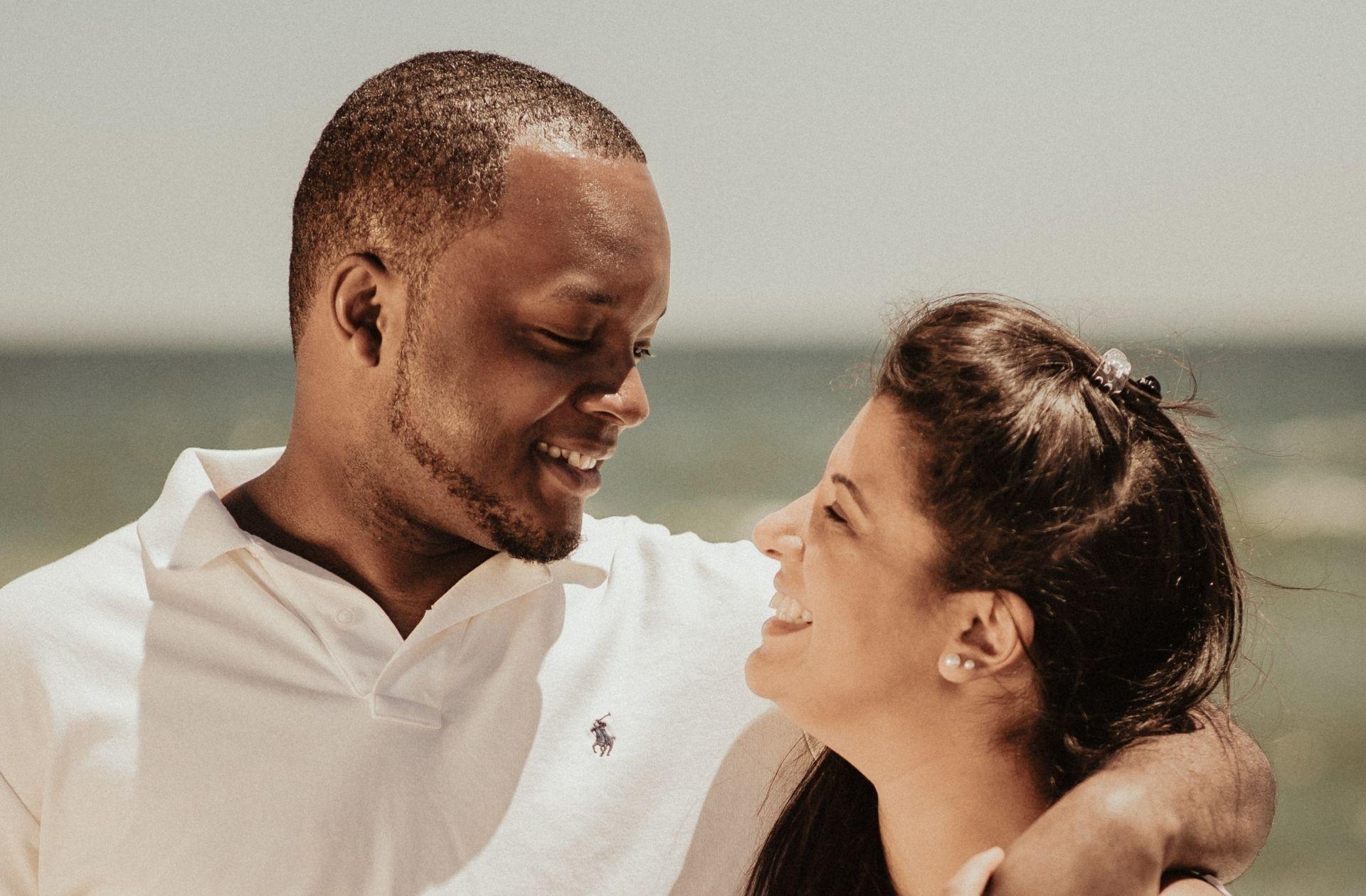 Deux amis racontent comment ils sont tombés amoureux