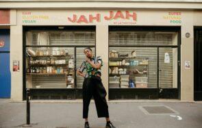 anaiis devant le restaurant Jah Jah pour l'opération Dr Martens Presents
