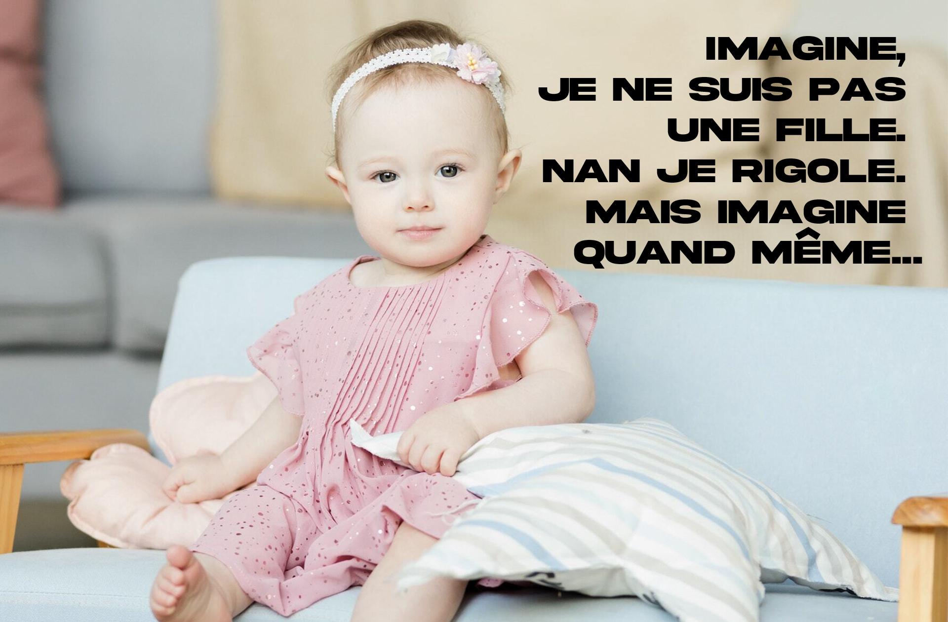 Une petite fille en robe rose sur une banquette bleue, en train de contempler l'absurdité du marketing genré