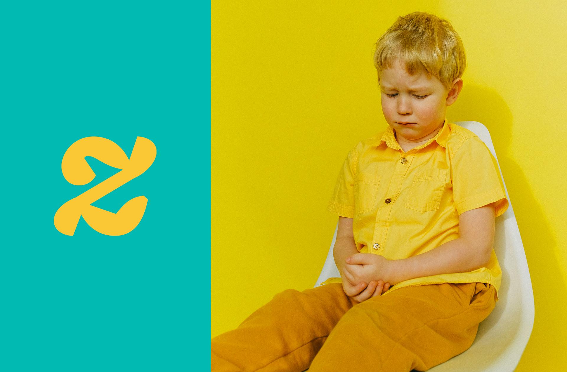 enfant puni sur une chaise